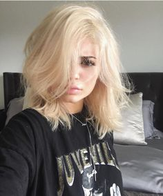 Kylie jenner kardashian with blonde platinum hair short hairstyle Khloe Kardashian, Short Blonde, Kim Blonde, Sandy Blonde, Dark Hair, Dark Eyebrows Blonde Hair, Blonde Hair For Brown Eyes, Blonde Makeup, New Hair