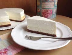 Vanilkový cheesecake s pěnou z bílé čokolády, krok 4: Před poslední vrstvou jsem cheesecake vyndala z formy. Nejdřív jsem opět ''objela'' nožem, abych neporušila pěnu a opatrně přendala na tác, lehce poprášený moučkovým cukrem. <br> Smetanu vyšlehejte společně s cukrem a semínky z vanilkového lusku do tuha. Rovnoměrně rozetřete na čokoládovou pěnu. Můžete uhladit a případně vyrovnat i boky cheesecaku. Dejte ještě alespoň na hodinku do lednice, než budete servírovat. Doporučuji krájet tenkým…