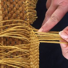 how to make an oriental plait, nice alternative to tassels on a rug Inkle Weaving, Weaving Tools, Card Weaving, Tablet Weaving, Weaving Projects, Textiles Techniques, Weaving Techniques, Embroidery Techniques, Weaving Designs