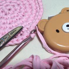 Começando mais um. Esse vai demorar mais pois o fio rosa está muito grosso e estou tendo que cortar. Odeio quando isso acontece mas fio ecológico é assim... não tem jeito. #fiodemalha #fioecologico #trapillo #croche #crochet #instacrochet #rosa #pink #candycolors #cesto #basket #details #detalhes #decor #wip #inprogress #encomendas #handmade #demaeprafilha by atelierdemaeprafilha