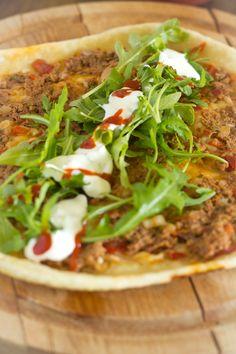Lahmacun Turkse pizza zelf maken recept. Es maakte een Turkse pizza. Met gehakt, tomaat, peper en peterselie. Deze zachte pizza wordt in de pan gebakken.