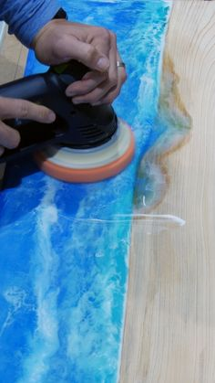 In this video, learn how to sand and polish epoxy resin. This technique works well for both epoxy resin tables and resin art. Best Picture For Woodworking Techniques tips For Your Taste You are lookin Epoxy Resin Table, Epoxy Resin Art, Diy Epoxy, Wood Resin, Resin Molds, Silicone Molds, Resin And Wood Diy, Resin Wall Art, Woodworking Techniques