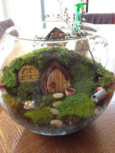Милый флорариум, с оформленной композицией домика из мха сказочного лесного героя
