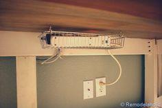 Un cesto de alambre para organizar todos los cables de tu computadora.
