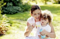 Bébé : Mother and daughter playing with soap bubbles