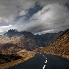 Empty Road (by Julio López Saguar)