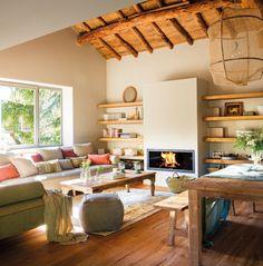 Pano13-19-2. salon con sofa mesa de centro y techos rusticos
