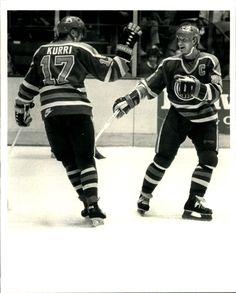 Wayne Gretzky and Jari Kurri - Edmonton Oilers Stars Hockey, Hockey Puck, Sports Stars, Ice Hockey, Hockey Rules, Sports Trophies, Hockey Boards, Hockey World, Wayne Gretzky
