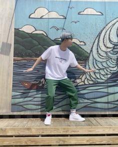 "TOO MEMBERS on Instagram: ""[#경호] 핫둘핫둘 경호 챌린지😎🕺 #TOO #티오오 #KYUNGHO #RunningTOOgether  #하나둘세고 #Count_1_2 #KyunghoChallenge"""
