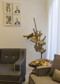 Escultura realizada a partir de un tronco de madera natural con base de metal.  Obra de Antonio Vasco. Pieza única que puedes adquirir en Etual Interiorismo Arte.