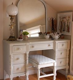 sweet little old fashioned vanity