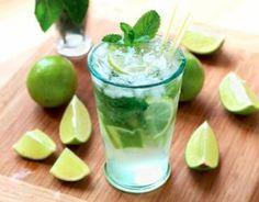 Mojito: The real one - Trend Best Cocktail Recipes 2019 Cocktail Drinks, Cocktail Recipes, Alcoholic Drinks, Drink Recipes, Dinner Recipes, Bebida Mojito, Brunch, Food And Drink, Juice Recipes