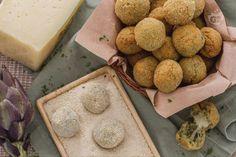 Le polpettine di carciofi con cuore filante sono sfiziosi finger food, da servire come antipasto, che racchiudono un gustoso cuore di Montasio.