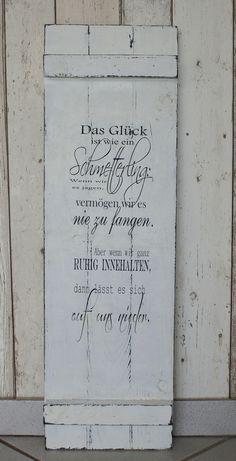 Rustikales Holzschild aus Paneelen im Shabby Chic Style mit einem Spruch über das Glück.  Das Glück ist wie ein Schmetterling:  Wenn wir es jagen, vermögen wir es nie zu fangen. Aber wenn wir...