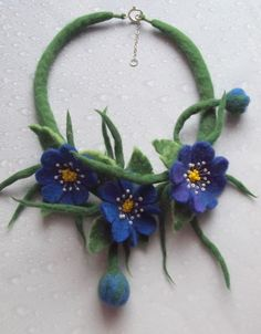 Felt blue flower necklace by Blansyles Felt Flower Scarf, Felt Flowers, Fabric Flowers, Felted Wool Crafts, Felt Crafts, Diy And Crafts, Wet Felting, Needle Felting, Felt Necklace