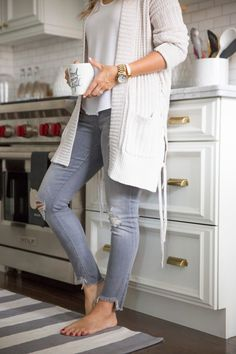 Cozy layers - long cream cardi and distressed grey skinny jeans - weekend style - white kitchen. - Total Street Style Looks And Fashion Outfit Ideas Cardigan Outfits, Casual Outfits, Cute Outfits, Fashion Outfits, Gray Jeans Outfit, Emo Fashion, Cream Cardigan Outfit, Cream Sweater, Fashion Pants