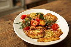 Zucchini-Ricotta-Puffer mit buntem Tomatensalat, ein schmackhaftes Rezept aus der Kategorie Snacks und kleine Gerichte. Bewertungen: 108. Durchschnitt: Ø 4,2.