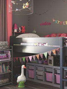 La chambre de Violette : ici, tout est à l'image du site déco de Victoire, monjolishop.com. Lit Bopita, rangements Ikea, luminaire Mathieu Challières, guirlandes monjolishop.com, coussins Petit Pan, peinture Ressources.