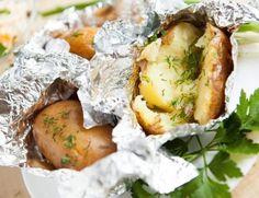 Dok u ostavi imate krompira, znate da za večeru imate barem jednu jednostavnu (i jeftinu) opciju. Bilo da ga pospete ljutkastim čilijem ili samo mrvicom putera, pečeni krompiri su jelo za koje vam...