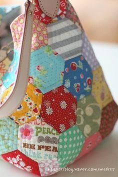 퀼트 / 손바느질 / 퀼트가방 / 핸드메이드 ] 알록달록 76조각 가방~~~ : 네이버 블로그 Patchwork Patterns, Quilted Bag, Handicraft, Diaper Bag, Lunch Box, Quilts, Crochet, Crafts, Bags