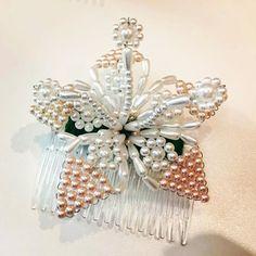 Y para no hacerlo tan monótono, un tenue toque de colores pasteles #rosa #naranja #color #flower #white #tembleque #tembleques #peineta #forhair #hairdecor #art #tradition