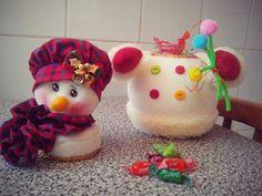 Cómo convertir un FRASCO RECICLADO en un lindo dulcero de Muñeco de Nieve Felt Ornaments, Christmas Ornaments, Pots, Plastic Animals, Christmas Projects, Snowman, Merry, Cake, Holiday