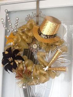 Magnificent New Years Eve Wreath Ideas For Door Decoration - Make decorating your home for New Year's Eve party a pleasure instead of a stressful nightmare. Organization and planning helps you keep on top of you. Deco Wreaths, Holiday Wreaths, Holiday Crafts, Winter Wreaths, Wreath Crafts, Diy Wreath, Wreath Ideas, Diy New Years Party Decorations, After Christmas Sales