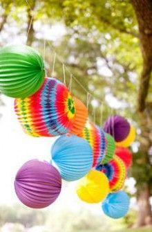 Una guirnalda de farolillos, muy festivo! Idóneo para una fiesta hippie / A festive paper lantern decoration, ideal for a hippie party