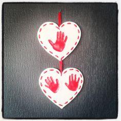 Pour ce deuxième bricolage spécial fête des mamies nous continuons à travailler avec de la pâte à sel. Les empreintes de mains des Crabichounes dans des petits coeurs tout mignons. Pour les réaliser vous avez besoin : Pour la pâte à sel : deux verres... Diy And Crafts, Crafts For Kids, Red Roses, Creations, Homemade, Activities, Blog, Parents, Eye Liner