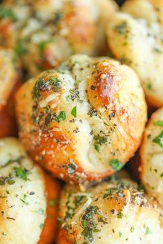 Mini garlic bread bites slathered in buttery goodness and stuffed with melted mozzarella cheesiness. Mini garlic bread bites slathered in buttery goodness and stuffed with melted mozzarella cheesiness. So good and irresistible! I Love Food, Good Food, Yummy Food, Tasty, Delicious Dishes, Damn Delicious Recipes, Delicious Desserts, Healthy Recipes, Dinner Rolls