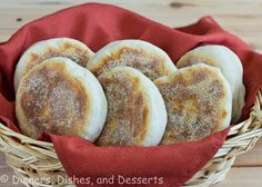 English Muffins are really easy to make at home. They're also better-tasting and better nutritionally than most store-bought ones, which are usually loaded with sodium. English Muffin Bread, Homemade English Muffins, Yeast Bread Recipes, Bread Machine Recipes, Iftar, Naan, Ww Recipes, Baking Recipes, Best Homemade Bread Recipe