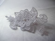 broche en dentelle blanche, bijoux fantaisie, bijoux de la mariée, dentelle réalisée par amd : Broche par amd-a-coudre