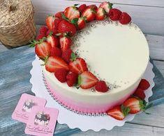 Strawberry Cake Decorations, Strawberry Cakes, Cake Decorating With Strawberries, Strawberry Birthday Cake, Fruit Birthday, Birthday Ideas, Bolos Naked Cake, Fruit Cake Design, Gateaux Vegan