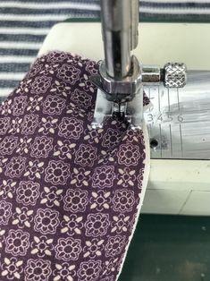 Ommel ryttääntyy koneen sisään Sewing Hacks, Sewing Tips, Handicraft, Letterpress, Floral Tie, Diy And Crafts, Textiles, Embroidery, Knitting