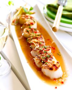 Brochette van Sint-Jacobsnoot met gember en chili Tapas Menu, Asian Recipes, Healthy Recipes, I Want Food, Good Food, Yummy Food, Tasty, Food Crush, Fish Dishes