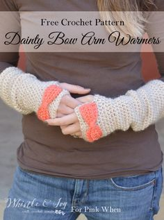 Free Crochet Pattern - Dainty Bow Crochet Arm Warmers Make these pretty arm warmers and stay cozy this winter. Pattern by Whistle and Ivy Beau Crochet, Crochet Mignon, Crochet Diy, Crochet Granny, Crochet Ideas, Crochet Wrist Warmers, Crochet Gloves, Crochet Scarves, Hand Warmers