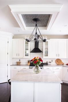 Black and White Kitchen decor with beautiful roses. Great ceiling decor for a statement. Elegant Kitchens, Grey Kitchens, Beautiful Kitchens, Home Kitchens, Dining Room Table Decor, Dining Room Design, Kitchen Design, White Kitchen Decor, Open Concept Kitchen