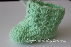 These 40 free crochet baby booties patterns that are quick to whip up and come with stunning designs that will warm every mom's heart! Crochet Baby Boots Pattern, Crochet Baby Booties Tutorial, Baby Shoes Pattern, Crochet Kids Hats, Crochet Bebe, Booties Crochet, Crochet Baby Clothes, Crochet Baby Shoes, Newborn Crochet