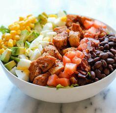 Een lekker koolhydraatarm hoofdgerecht, Zomerse kipsalade met yoghurt dressing. Dit is een heerlijke frisse salade voor op een mooie Zomerse dag bij de barbecue. De Zomerse kipsalade is vullend en de yoghurtdressing geeft de salade een lekker en fris smaakje.