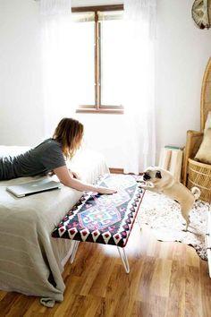Tapiza un pedazo de madera con una manta bonita (y patas de horquilla, otra vez) para hacer un banco colorido.