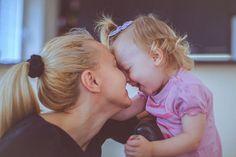 Wenn 9-12 Monate alte Babys spielen wollen | Der eine schnappt sich Mamas oder Papas Hand und zieht, bis derjenige endlich mit ins Kinderzimmer kommt oder sie rufen schon
