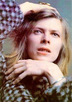 """En """"Hunky Dory"""", David Bowie ofrecía una provocativa imagen andrógina, en consonancia con el glam, la tendencia que dominaba en aquel momento (principios de los 70's) el rock británico."""