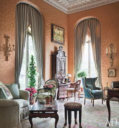 The ballroom of writer Aileen Mehle's Manhattan apartment has original crown moldings and a ceiling high enough to accommodate her prized Italian secretary. Mario Buatta decorated the residence, which is in a 1903 townhouse designed by Horace Trumbauer. Elegant Home Decor, Luxury Home Decor, Luxury Interior Design, Elegant Homes, Luxury Homes, Architectural Digest, Mario Buatta, Plafond Design, Townhouse Designs
