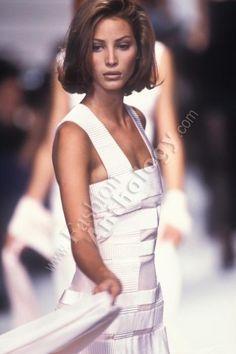 Christy Turlington walked for Karl Lagerfeld 90s Fashion, Runway Fashion, Fashion Show, Fashion Looks, Christy Turlington, Wedding Hair And Makeup, Hair Makeup, Looks Pinterest, Maybelline