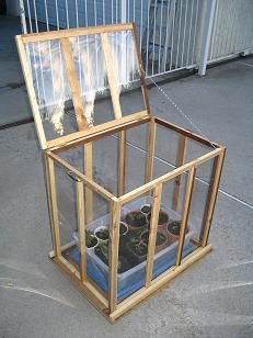 There is no more hurdle to know how to do greenhouse gardening? Greenhouse gardening is only possible in the best climatic conditions and weather variables. Small Greenhouse, Greenhouse Gardening, Greenhouse Ideas, Indoor Garden, Outdoor Gardens, Home And Garden, Herb Garden, Green House Design, Outdoor Projects