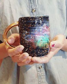 De Katie Marks ya me alucinaron sus tazas a las que se le cristalizaban coloridos minerales y para ver su nueva colección, aun más colorida si cabe, casi tendremos que usar gafas de sol con tanto destello. Katie Marks en ARTNAU