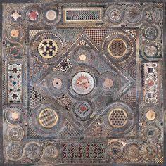 Porfido rosso, serpentino verde, giallo antico e marmo bianco. Con queste pietre sono stati realizzati i pavimenti cosmateschi più belli del Medioevo...