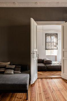C'est à Berlin que la designer d'intérieur Annabell Kutucu a réalisé cet appartement situé dans un immeuble du 19ème siècle, pour un homme qui aime poser ses valises dans la capitale allemande. Mélang