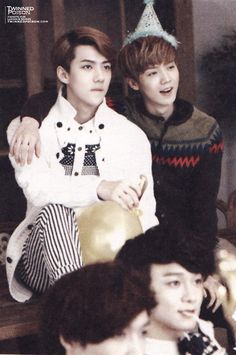 Omo, who let you guys always stay together, hahaha!! Cute cute!!