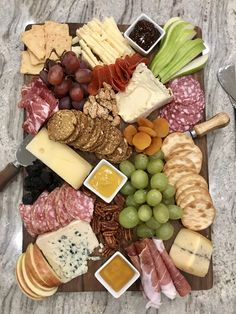 How to Build a Beautiful Cheese and Charcuterie Board with The BakerMama Charcuterie Picnic, Plateau Charcuterie, Charcuterie Recipes, Charcuterie Platter, Charcuterie And Cheese Board, Antipasto Platter, Cheese Boards, Cheese Platers, Tapas